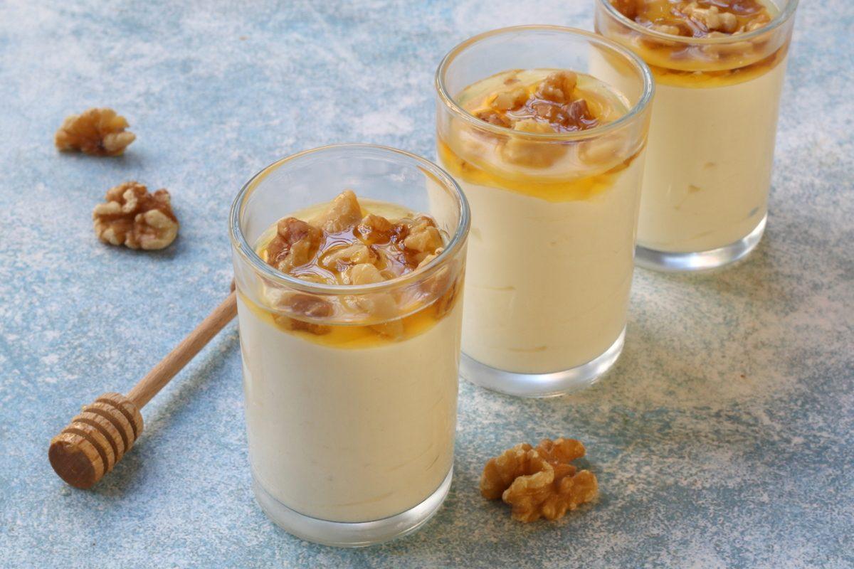 Mousse con yogurt greco e miele: la ricetta del dessert semplice, fresco e delicato