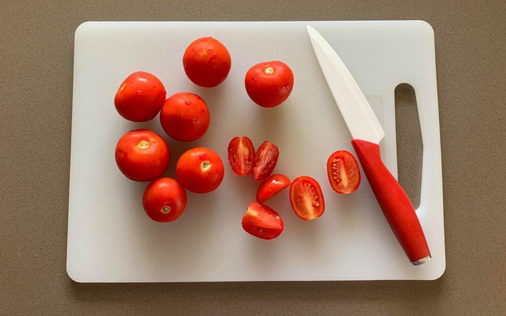 tagliare pomodori