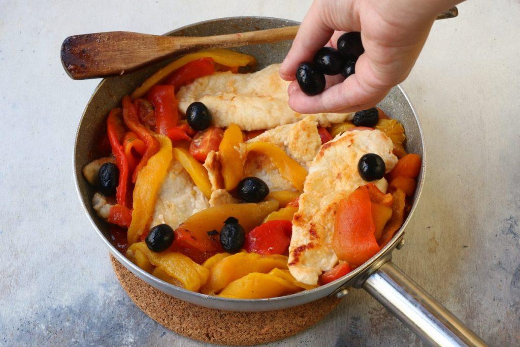 aggiungere peperoni e olive