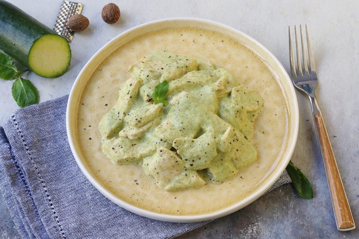 Pollo in crema di zucchine: la ricetta del secondo piatto insolito e gustoso