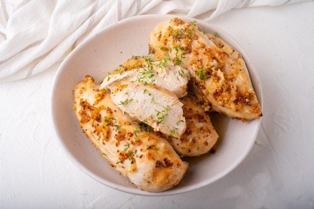 Pollo senape e miele: la ricetta semplice per dei petti di pollo succulenti