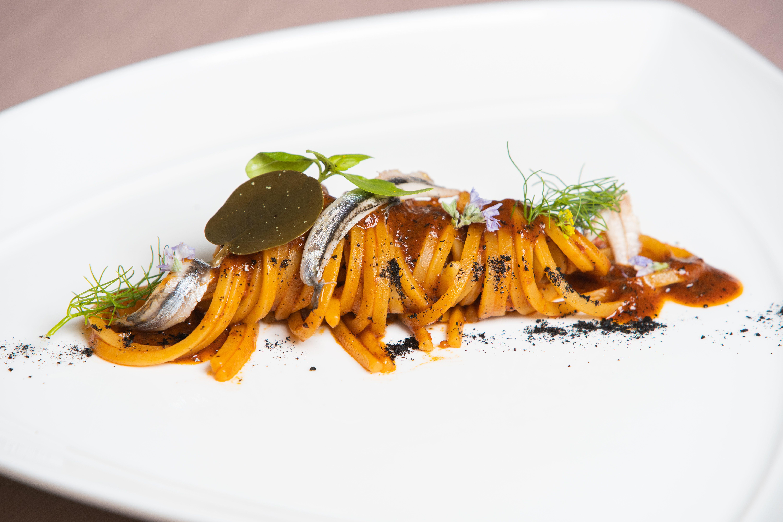 Spaghetti al pomodoro arso e alici marinate: la ricetta della chef Iside De Cesare