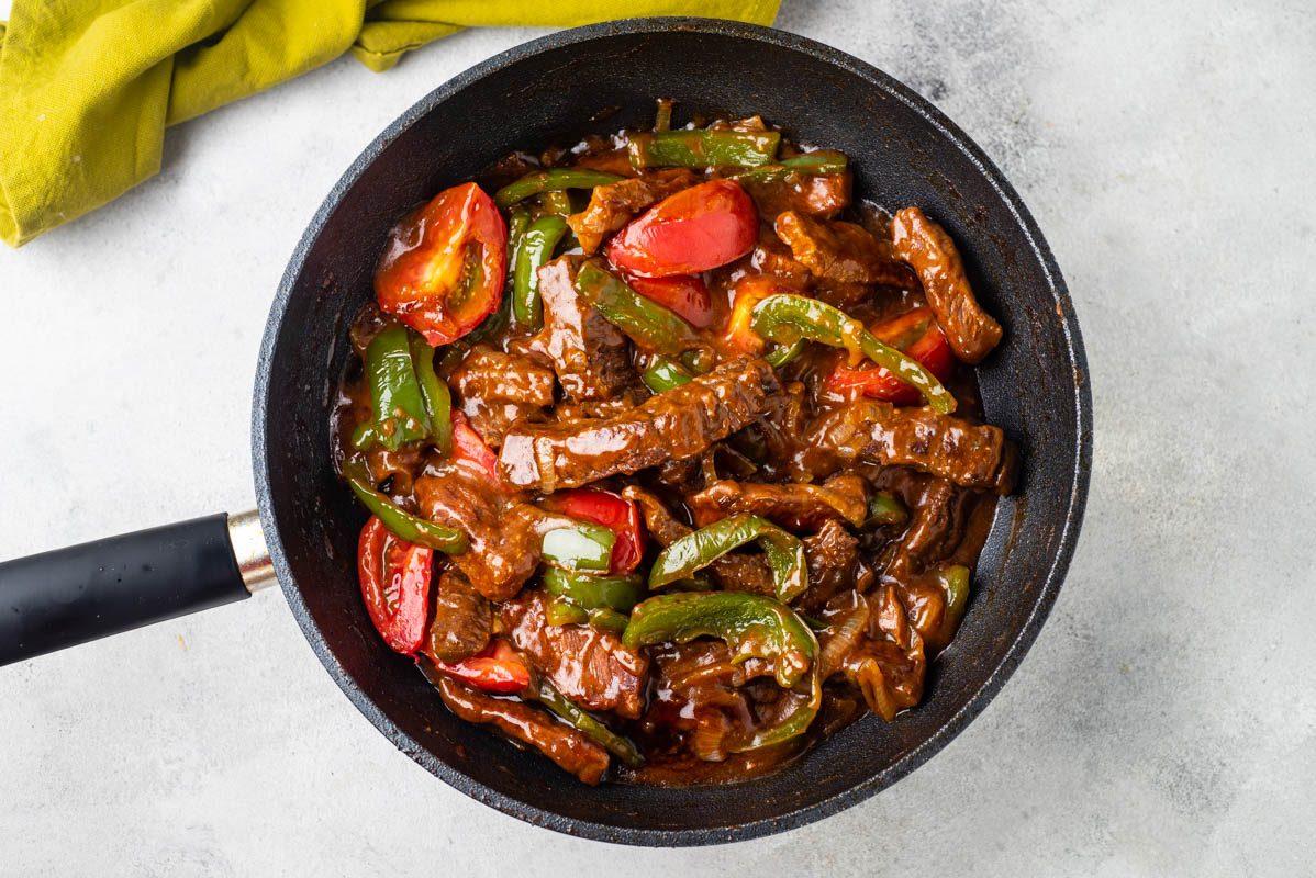 Tagliata di manzo ai peperoni verdi: la ricetta del secondo piatto succulento e semplice
