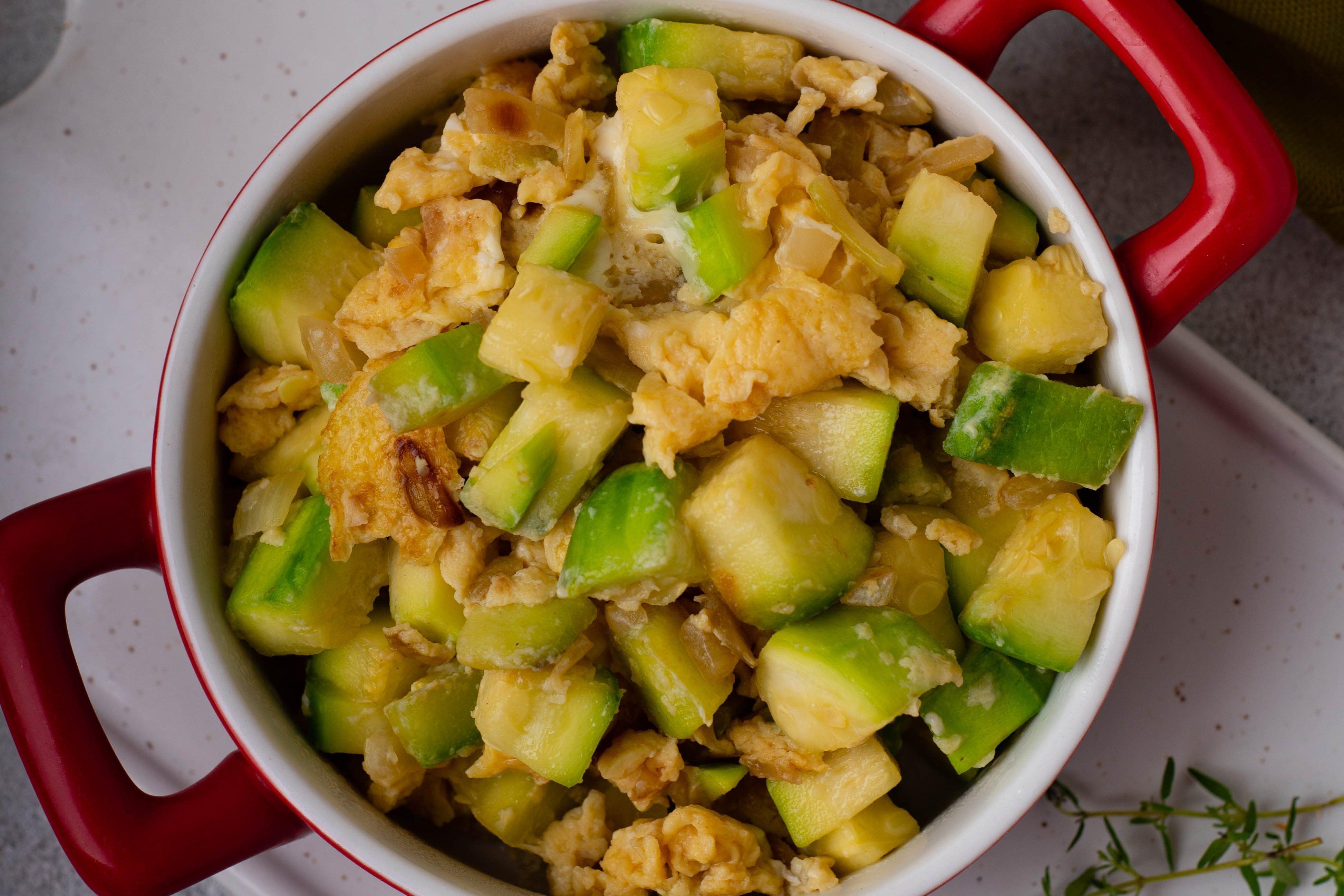 Uova e zucchine in tegame: la ricetta del contorno goloso pronto in pochi minuti