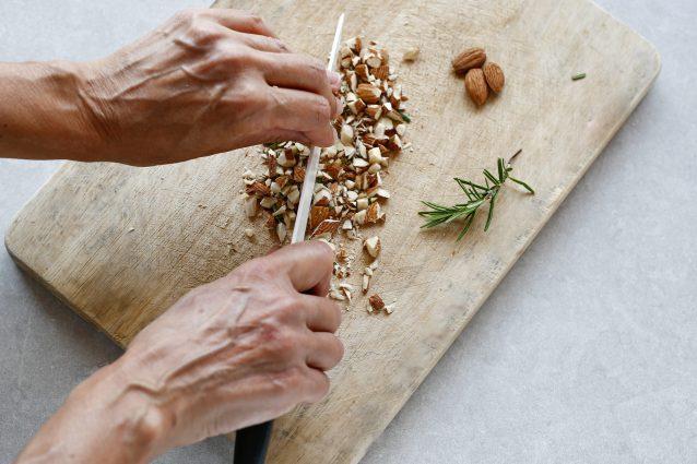 salsa cousbareia con mandorle e rosmarino