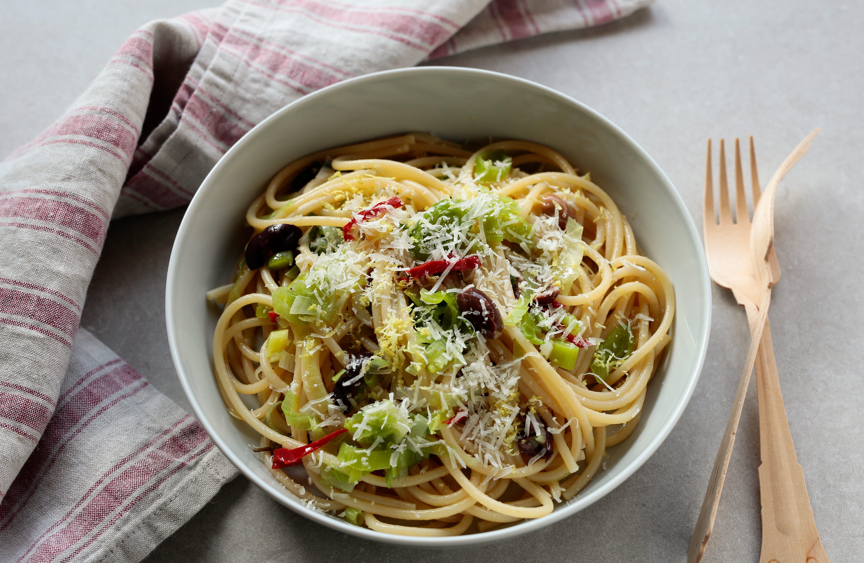 Spaghettoni con porri, olive e peperoncino: la ricetta del piatto semplice e gustoso