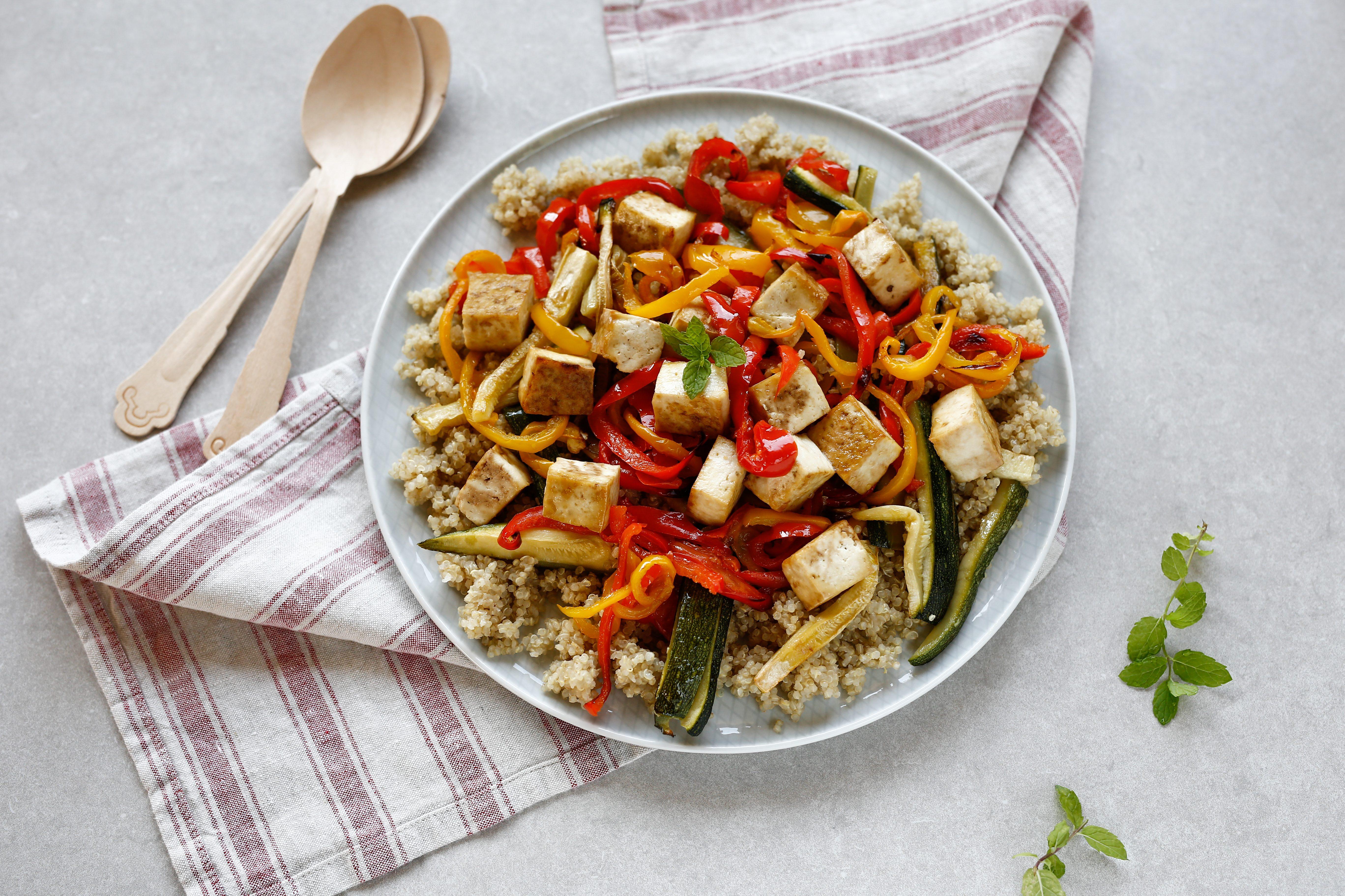 Insalata di quinoa con verdure al forno e tofu: la ricetta del piatto gustoso e bilanciato