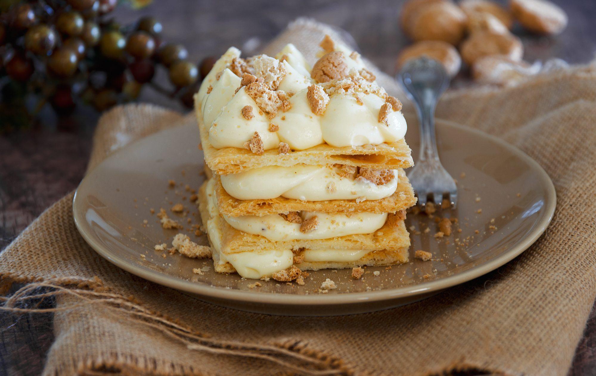 Millefoglie mascarpone e amaretti: la ricetta del dessert facile e super goloso