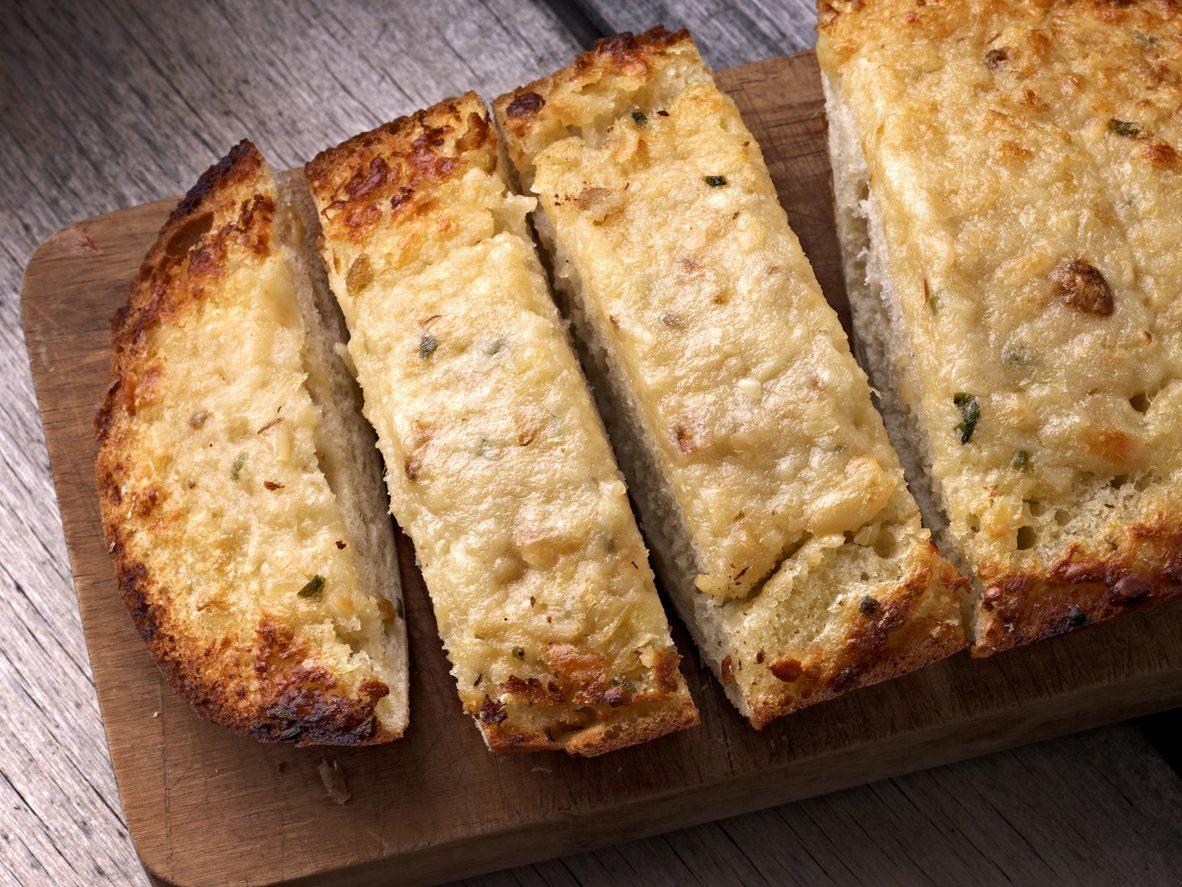 Pane all'aglio: la ricetta americana del garlic bread ideale come antipasto