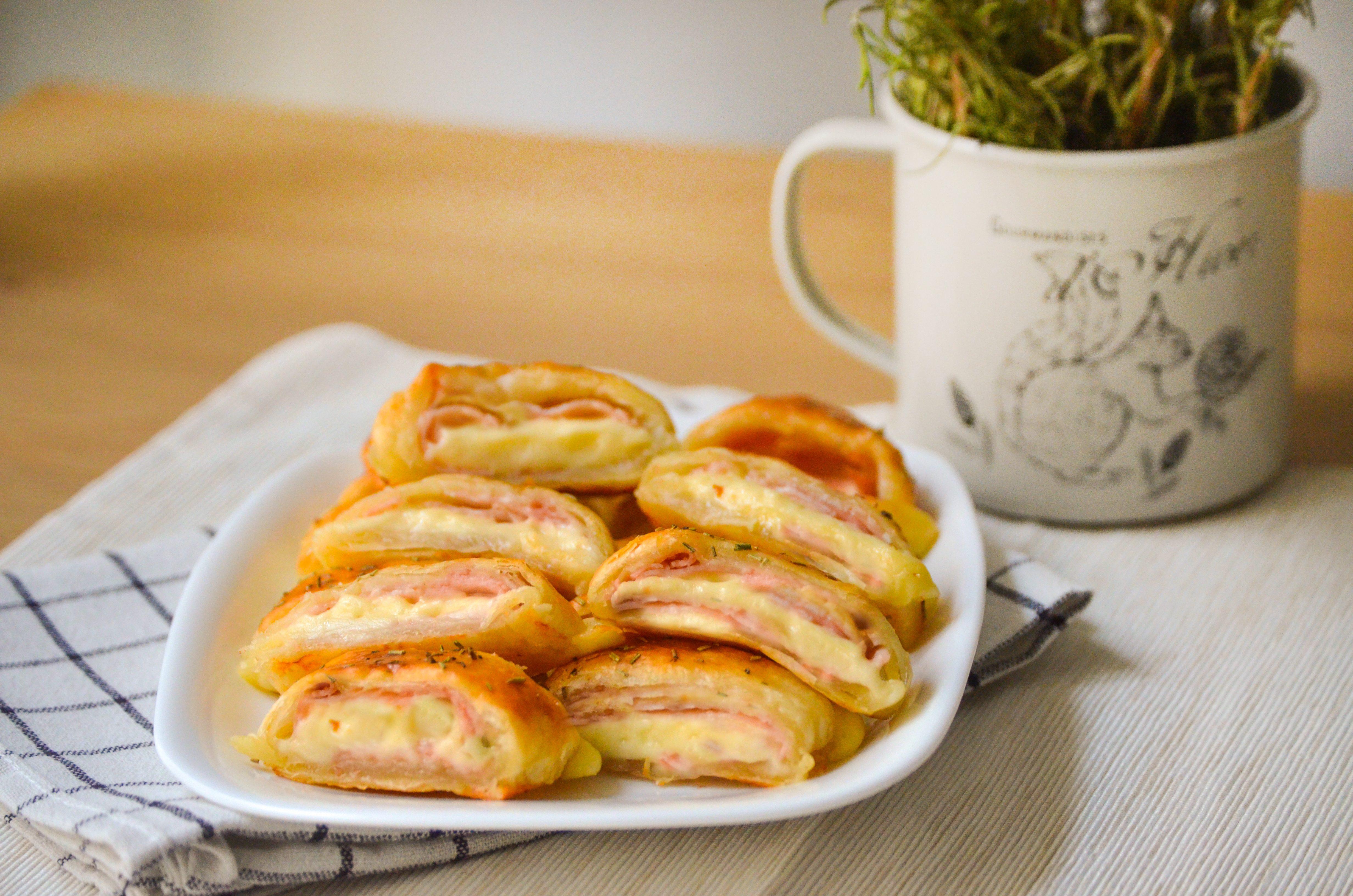 Rustici di pasta sfoglia e prosciutto: la ricetta degli stuzzichini sfiziosi e saporiti
