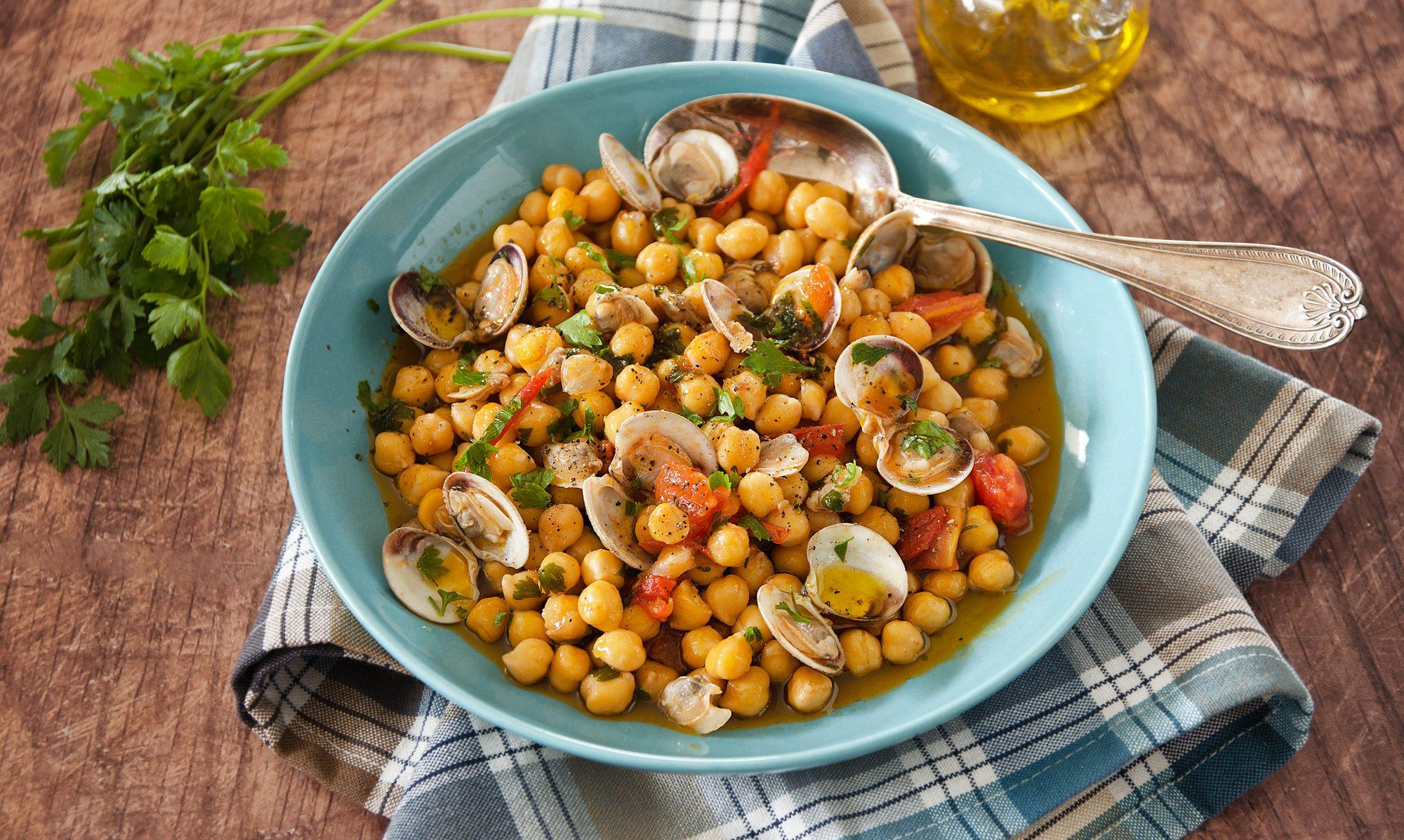 Zuppa di ceci e vongole: la ricetta del piatto gustoso fra terra e mare