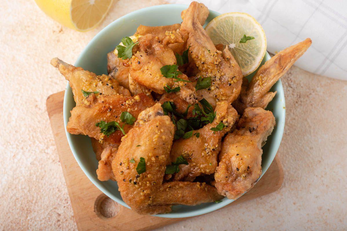 Alette di pollo al limone: la ricetta del secondo piatto sfizioso e semplicissimo