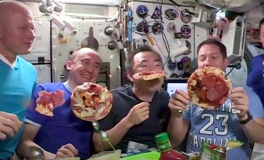 Astronauti preparano e mangiano la pizza sulla Stazione Spaziale: è festa in orbita