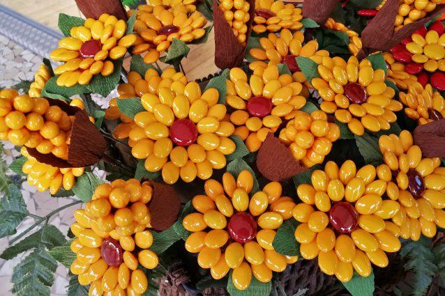 confetti di Sulmona composizione floreale girasole