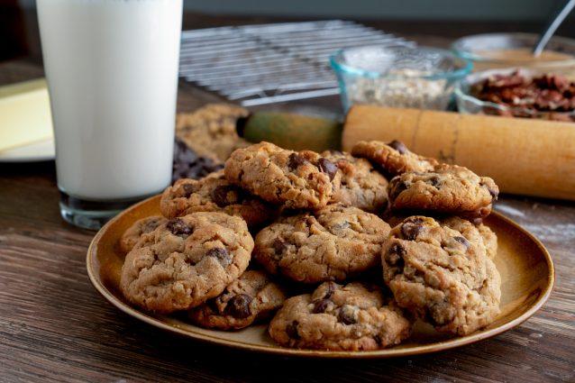 piatto con cookies al cioccolato