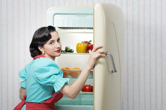 donna in cucina invenzione frigorifero