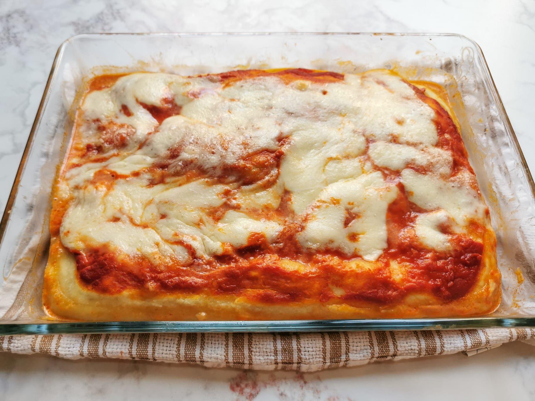 Pizza in teglia: la ricetta dell'impasto e condimenti