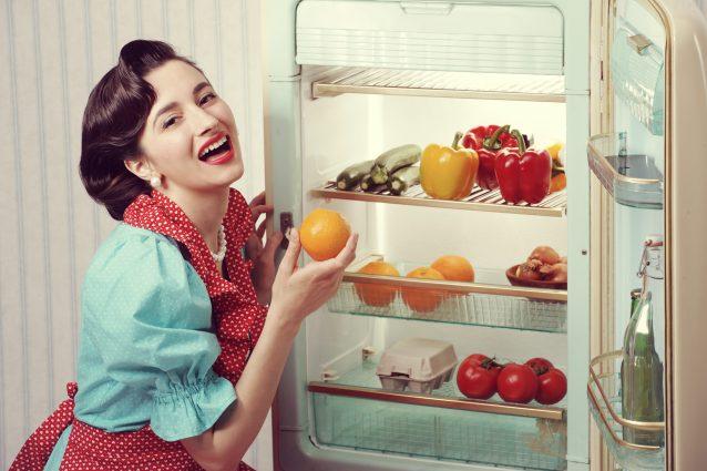 donna in cucina frigorifero retrò