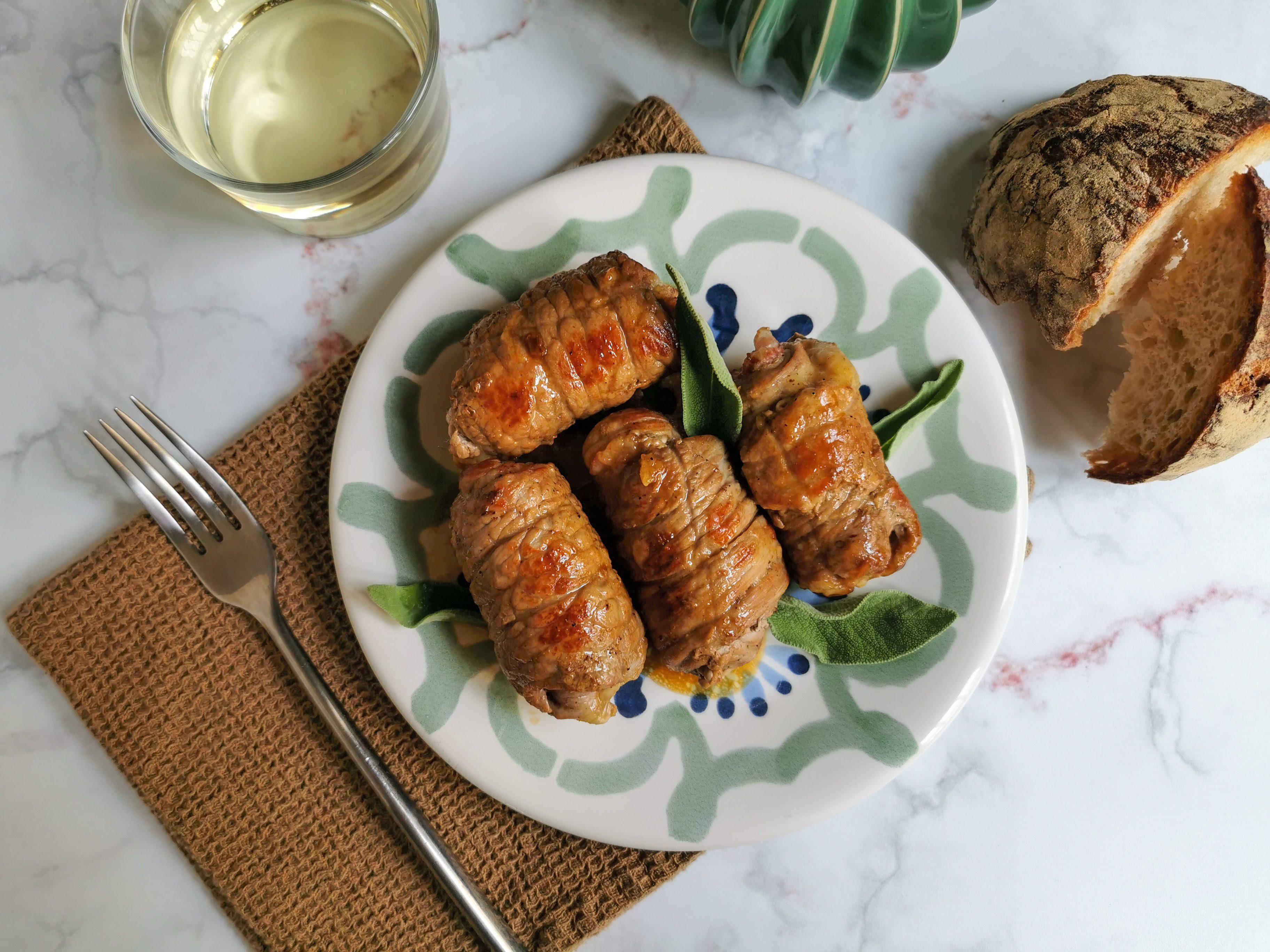 Involtini di carne in padella: la ricetta del secondo piatto gustoso e veloce