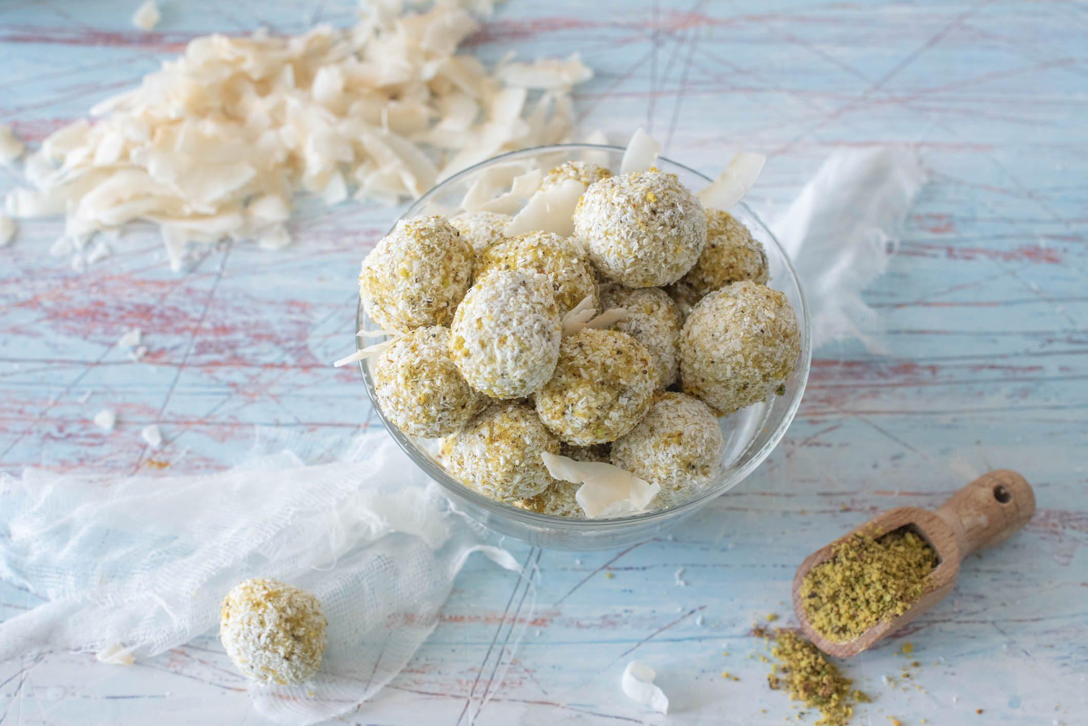 Tartufini cocco e pistacchio: la ricetta dei dolcetti facili e golosi