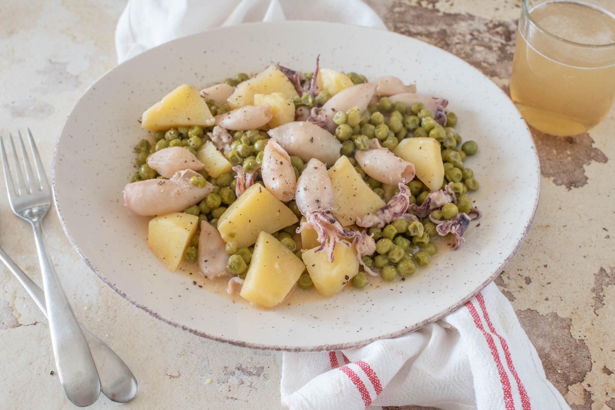 Calamari in padella con patate e piselli