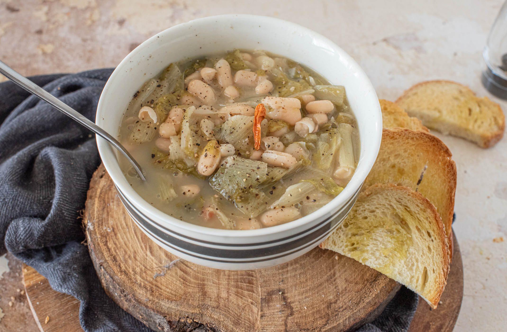 Fagioli e scarole: la ricetta napoletana della zuppa invernale per eccellenza