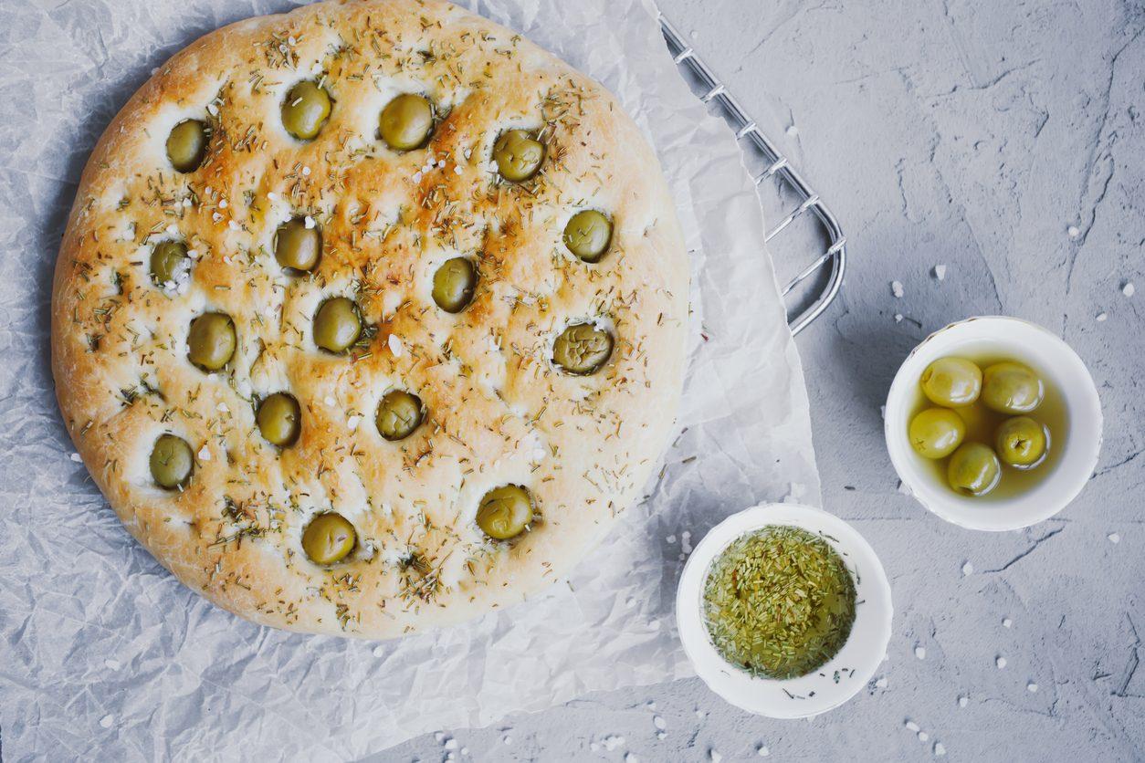 Focaccia alle olive: la ricetta del lievitato morbido e saporito
