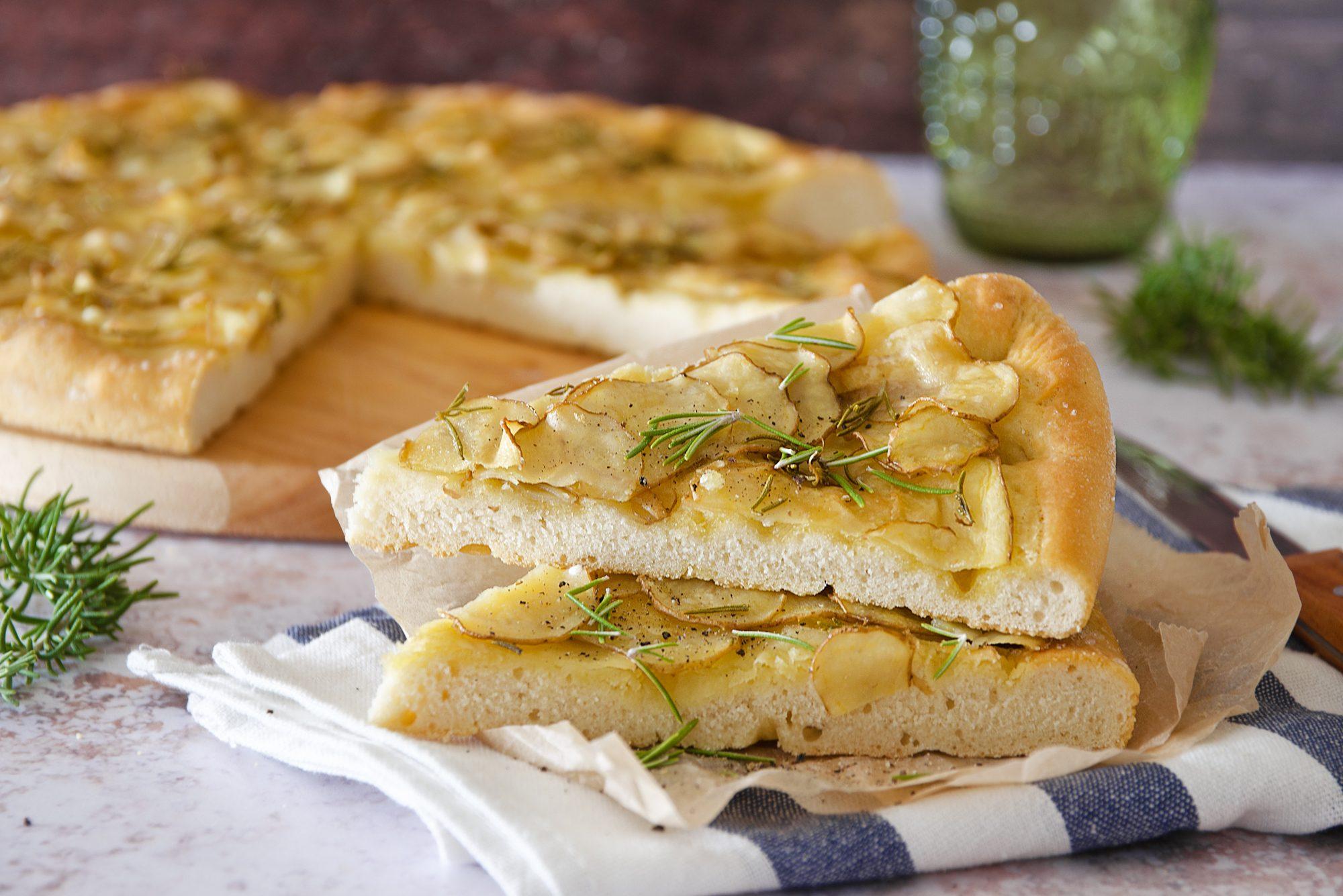 Focaccia di patate: la ricetta della focaccia rustica e golosa a lievitazione istantanea