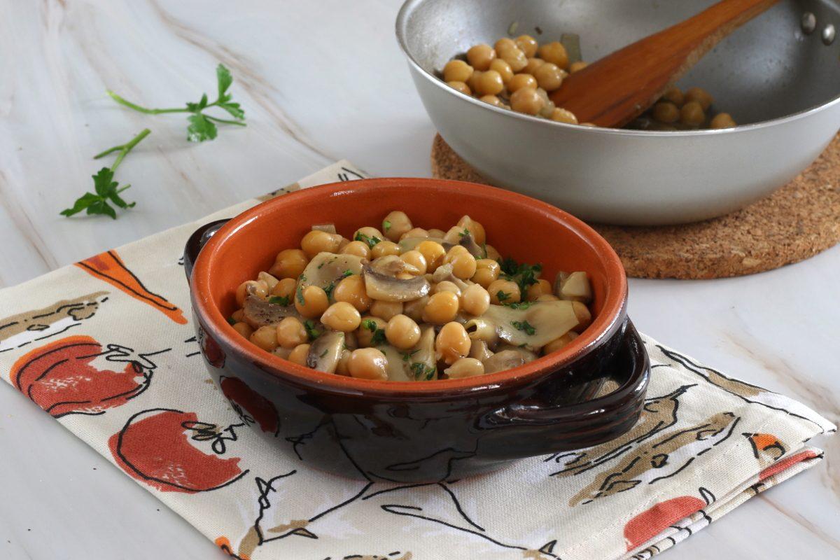 Funghi e ceci in padella: la ricetta del contorno autunnale nutriente e gustoso