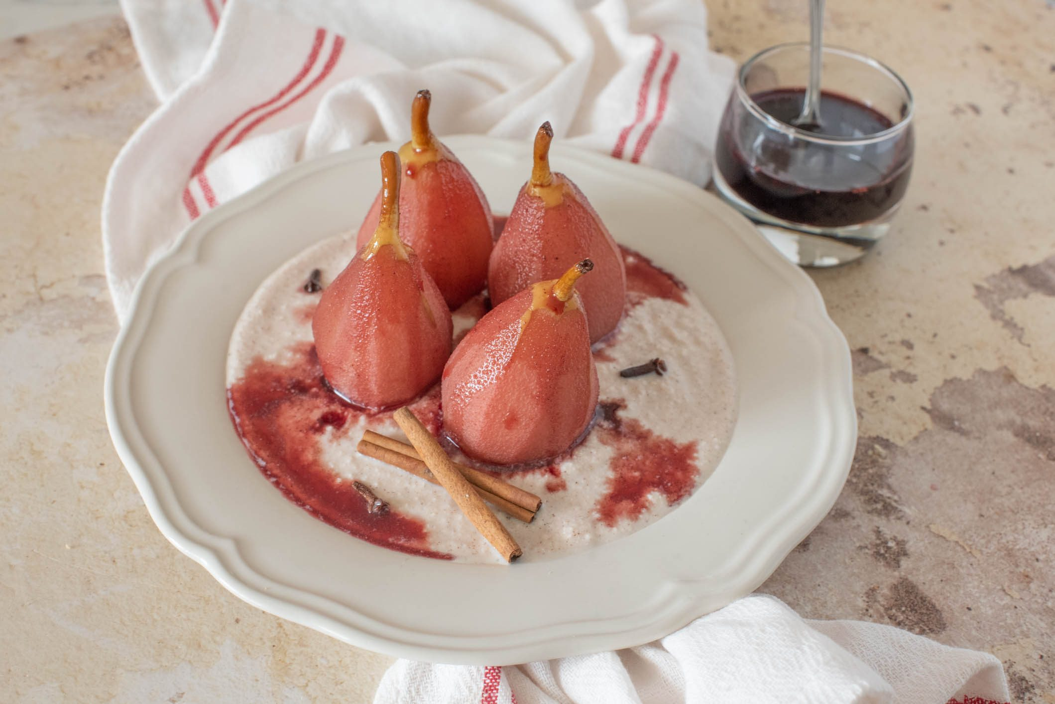 Pere al vino rosso: la ricetta del dessert leggero e perfetto per l'autunno