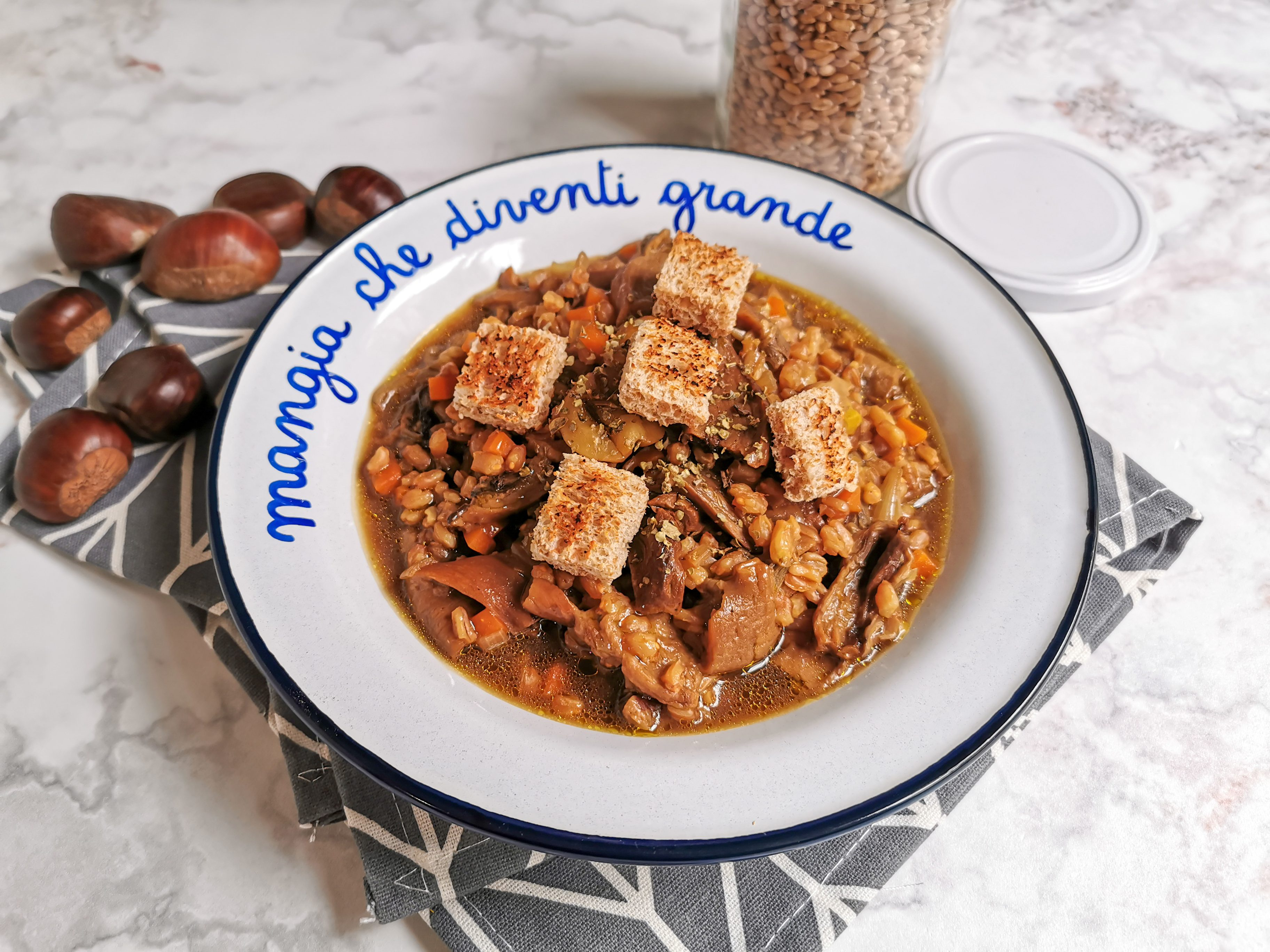 Zuppa di farro con castagne e porcini